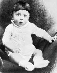 Adolf Hitler werd geboren op 20 april 1889 in Branau in Oostenrijk. Op dit plaatje is hij ongeveer 2 a 3 jaar oud.