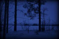 Talvella lumi peittää pihan ja jää järven pinnan. Hiljaisuuden aistii ihan ja syvä rauha täyttää rinnan.