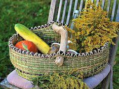 Ein bunter großer Korb aus Gräser, Kräuter und kleinen Ästen. 60 € Pine Needle Baskets, Willow Weaving, Pine Needles, Bunt, Crafts, Paper, Basket Weaving, Shopping, Nature
