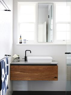 Petit meuble sous lavabo en bois foncé