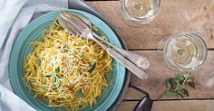 Spaghetti squash is one of the most versatile fruits of the season. This savory squash has an uncanny resemblance of spaghetti, but without the simple carbohydrate load of pasta. Additionally, spaghetti squash is rich in folate, and potassium. Spaghetti Squash Pasta, Courge Spaghetti, Paleo Spaghetti, Garlic Spaghetti, Instant Pot Pressure Cooker, Pressure Cooker Recipes, Pressure Cooking, Slow Cooking, Carb Free Recipes