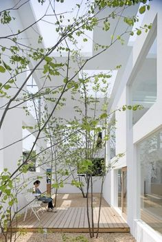 Beautiful Japanese architecture that blurs the lines between indoor and outdoor.Beautiful Japanese architecture that blurs the lines between indoor and outdoor.Bungalow Haus mit Flachdach Architektur & Garage, modern in Uform mit Innenhof - Landscape Architecture, Interior Architecture, Landscape Design, Garden Design, House Design, Modern Japanese Architecture, Sustainable Architecture, Residential Architecture, Interior Garden