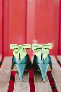 noni 2014 liza- schuhe fuer die braut in emerald- smaragd mit grüner schleife als schuhclip (Foto: Le Hai Linh) (http://www.noni-mode.de)