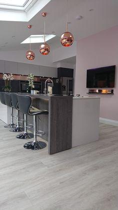 Rose gold, grey, white and blush kitchen - Bathroom Ideas Copper And Grey Kitchen, Pink And Grey Kitchen, Rose Gold Kitchen, White Kitchen Decor, Farmhouse Kitchen Decor, Home Decor Kitchen, Kitchen Interior, Glossy Kitchen, Kitchen Design