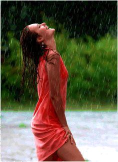 -Beautiful colorful pictures and Gifs: Raining Day gifs-Bajo la lluvia fotos Girl In Rain, I Love Rain, Walking In The Rain, Singing In The Rain, Gifs, Smell Of Rain, Foto Portrait, Rain Days, Under The Rain