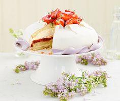 Vit prinsesstårta med rabarber och jordgubbar