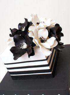 black and white cake by elinor Black White Cakes, Black And White Wedding Cake, White Wedding Cakes, Gorgeous Cakes, Pretty Cakes, Amazing Cakes, Bolo Chalkboard, Fondant Cakes, Cupcake Cakes