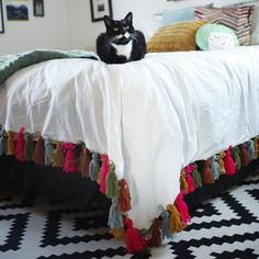 Add some color and boho-chic to your bedroom with this DIY yarn tassel duvet blanket!