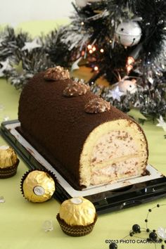 Bûche aux ferrero rochers – HatsAndOtherStories - Let's Pin This Xmas Dinner, Christmas Brunch, Christmas Desserts, Xmas Food, Christmas Cooking, Chocolate Sweets, French Desserts, Pie Cake, Sweet Cakes