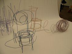 東京藝術大学卒展2013より、デザイン科府川大吾さんの作品。「ラフスケッチ プロダクト」。 スケッチブックに描いた落書きのように見える、針金製の椅子である。