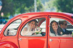 Um sorriso faz-nos tão bem!  A nossa #noiva Inês e as manas numa saída muito animada... #vestidodenoiva #weddingdress #lace #renda #family #festa #casarnoivas #torresvedras #carronoiva By one love photography 1341