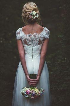 Je fonds devant les détails de cette robe.