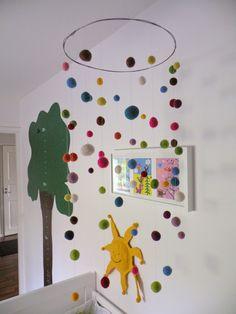 Castaliaz - Värikäs huopapallo mobiili / Colourful felt ball mobile over the crib