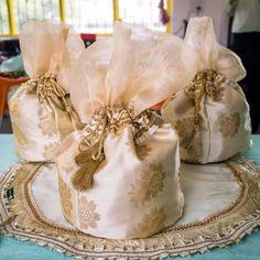 Wedding Gift Baskets, Wedding Gift Wrapping, Wedding Favor Boxes, Wedding Favours Luxury, Wedding Bag, Wedding Gifts, Wedding Ideas, Wedding Things, Gift Box Design