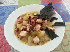 Patatas aromatizadas, con pulpo y crujiente de tinta de calamar