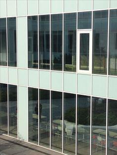 Horizontale en verticale lijnen rondom de vensters van het gebouw ( binnen plaats)
