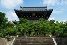 金戒光明寺(こんかいこうみょうじ) 京都市左京区 とても由緒正しいお寺であり、歴史ファンの間では幕末に会津藩の本陣が置かれたことでも有名。 もちろん、松平容保公のみならず、新撰組や会津小鉄とも関わりが深いです。 まるで城塞のような堂々たる構えが何ともカッコイイです(*^^*) #日本 #japan #京都 #kyoto #寺 #temple #金戒光明寺 #山門 #会津 #新撰組 Japanese Temple, Kamakura, Temples, Kyoto, Castles, Instagram Posts, Beautiful, Design