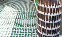 Constructies van #bierflessen, muren en vloer van glas.
