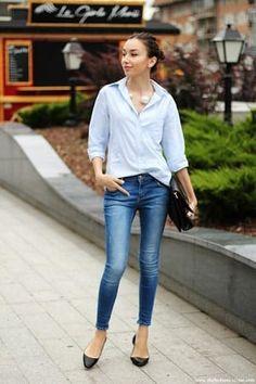 青シャツとクロップドデニムパンツのフレンチシックコーディネート