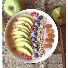 My Casual Brunch: Smoothie de aveia com morangos, maçã verde, mirtil...