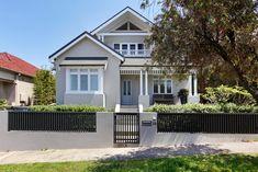 Bungalow Exterior, Bungalow Renovation, House Exterior Color Schemes, House Paint Exterior, Facade Design, Exterior Design, House Design, Style At Home, Outside House Colors