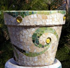 mosaic pot - the spiral design is quiet and elegant. Mosaic Planters, Mosaic Vase, Mosaic Flower Pots, Mosaic Diy, Mosaic Garden, Mosaic Crafts, Mosaic Projects, Mosaic Stepping Stones, Stone Mosaic