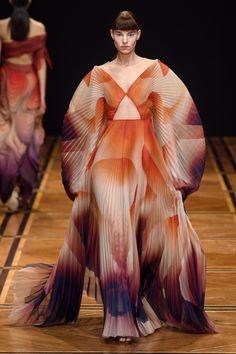 Iris van Herpen Spring 2019 Couture Fashion Show - Vogue Iris Van Herpen, Spring Couture, Haute Couture Fashion, Vogue Paris, Catwalk Makeup, Belle Silhouette, Vogue Mexico, Fancy Schmancy, Couture Collection
