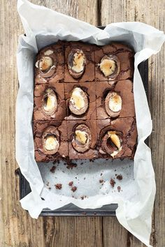 Cadbury Creme Egg Brownies 16 Yummy Easter Brownie Recipes You Need To Try Cream Egg Brownies, Chocolate Brownies, Cadbury Brownies, Cadbury Creme Egg Recipes, Cadbury Eggs, Dessert Halloween, Dessert Crepes, 13 Desserts, Baking Desserts