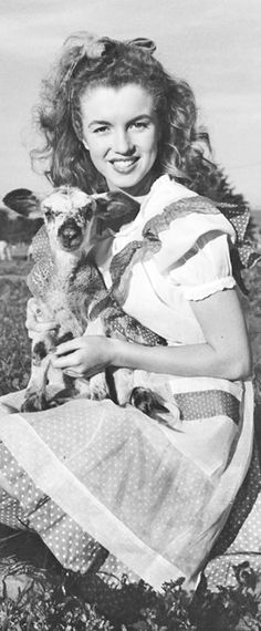 1945: Marilyn Monroe – Norma Jeane – pictured with a lamb …. #marilynmonroe #pinup #monroe #marilyn #normajeane #iconic #sexsymbol #hollywoodlegend #hollywoodactress #1940s