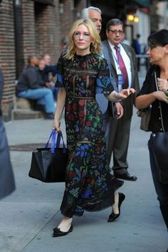 Cate Blanchett wears a floral lace maxi dress with flats and a tote bag Trend Fashion, Look Fashion, Timeless Fashion, Womens Fashion, Fashion Pants, Fashion Tips, Cate Blanchett, Look Street Style, Maxis