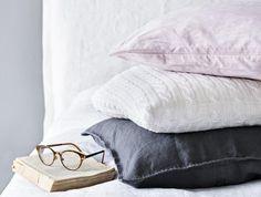 DIY: PALMIKOITU KORISTETYYNY Vanhasta neuleesta voit tehdä koristetyynyn päällisen. Leikkaa paita kainaloiden alta poikki ja ompele sauma välittömästi kiinni nurjalta puolelta, ettei neulos purkaudu. Laita tyyny pussin sisään ja ompele paidan alareunat yhteen.