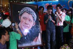 Hoài Linh nhận quà của fan trong ngày sinh nhật  tao quan 2015: http://taoquan2015.com/ hai tet 2015: http://taoquan2015.com/hai-tet-2015/ tu vi 2015: http://12congiap.vn/tu-vi-2015.html xem ngay xuat hanh: http://www.12congiap.vn/xem-ngay-xuat-hanh.html