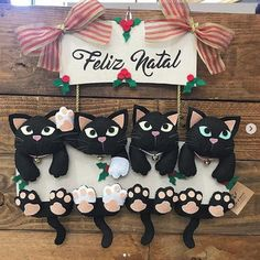 Guirlanda de Feltro e Cartonagem 4 gatos, Guirlanda de Feltro e Cartonagem 4 gatos. Diy Crafts For Gifts, Felt Crafts, Arts And Crafts, Christmas Door, Christmas Ornaments, Craft Projects, Sewing Projects, Dollar Tree Wedding, Blue Wedding Centerpieces
