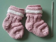 Töppöset vastasyntyneelle, ilmainen ohje Crafts To Do, Hobbies And Crafts, Arts And Crafts, Wool Socks, Knitting Socks, Knitting For Kids, Baby Knitting, Knit Baby Dress, Knitting Videos