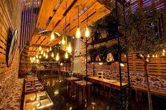 ¿Qué muebles puedes hacer con palets de madera?: Palets colgados del techo, como soportes de lámparas