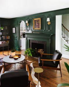 Dark Green Living Room, Dark Green Rooms, Bold Living Room, Green Dining Room, Dark Living Rooms, Living Room Decor, Dining Room Paint Colors, Dark Rooms, Living Room Colors