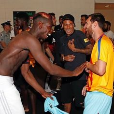 Manchester United lost to Barcelona on a goal deficient after which the trio of Neymar, Lionel Messi, and Paul Pogba were spotted guffawing as the match ended. Lionel Messi, Fc Barcelona, Barcelona Football, Manchester United, Paul Labile Pogba, God Of Football, Football Art, Vintage Football, Messi And Neymar