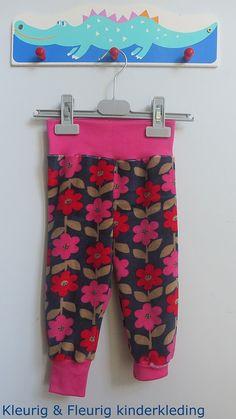 Babykleding, meisjeskleding: knuffelbroekje retroflowers maat 62/68 en 74/80