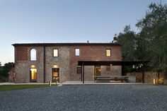 MY HOUSE IDEA: Country house renovation by MIDE architetti https://www.davincilifestyle.com/my-house-idea-country-house-renovation-by-mide-architetti/     This country house renovation is a project designed by MIDE architetti and covers an area of 320 m2. The project site involves an old country house, built in 1887 in the immediate neighborhood of Lucca and a most recent farmhand's cottage.                            The buildings are integrated in the countryside of Luc