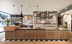 Nguyên tắc cơ bản trong thiết kế quán cafe hiện đại mà ai cũng biết đó là tạo điểm nhấn cho không gian bằng những thành tố cấu thành nên nó. Trong đó, quầy pha chế (hay nhiều người vẫn gọi là quầy bar) là điểm nhấn quan trọng nhất.Quầy pha chế thường sẽ được đặt tại vị trí trung tâm hoặc là nơi dễ nhìn thấy nhất ngay khi khách hàng bước vào quán cafe của bạn, bởi vì đây là nơi mà các quá trình hoạt động của quán cà phê tập trung, nơi mọi người tương tác với nhau nhiều nhất. Chức năng cốt…