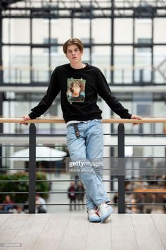 29 October Berlin: The singer Ruel stands in the Estrel Hotel at an interview appointment of the dpa at a railing. The from Australia is on tour in Europe for the first time. Photo: Lisa Ducret/dpa (Photo by Lisa Ducret/picture alliance via Getty Images) Pretty Boys, Beautiful Boys, Nice Boys, Grunge Guys, Perfect Boy, Fashion Moda, Man Crush, Hot Boys, Handsome Boys