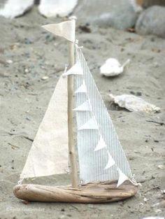 Ein Boot aus Treibholz: Selbst etwas zu konstruieren, das dann auch wirklich funktioniert (schwimmt ohne umzukippen) macht nicht nur Kindern Spaß! Funktioniert aber auch als Deko! by betsy