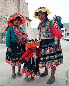 Peruvian national costume. Woven clothing from Alpaca wool, unique patterns and bright colors - Nationalclothing.org
