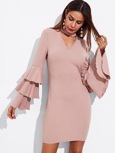 Модное платье с оборкой и оригинальным вырезом