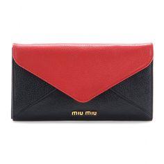 Ein schönes Portemonnaie für die neue Saison? Wir empfehlen die schwarze-rote Lederversion von Miu Miu. Da wird der tägliche Griff in die Handtasche zum Highlight!