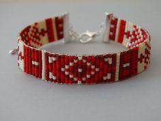 Miyuki perles Bracelet à tisser avec un motif aztèque. Les couleurs qui sont utilisées dans ce bracelet sont de couleur rouges et crème. Le bracelet est 9 rangées de perles de larges et se termine par une chaîne de homard argent fermoir et extension. Le bracelet correspond à des personnes avec une taille de poignet de 14 à 18 cm.