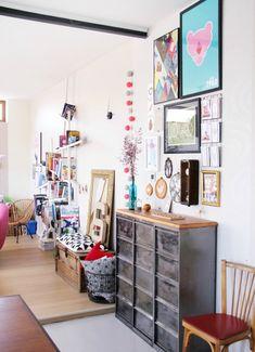 Love la variété des cadres sur le mur + vase mini presentoir carte postale