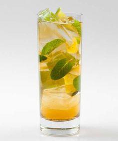 1 oz. de jugo de piña  2 rebanadas de piña  7 hojas de menta  5 gajos de limón  2 cucharaditas de azúcar  Preparación    Con un mástil aplastar la menta, los pedazos de piña y el azúcar en el fondo de una coctelera.  Añadir hielo y el ron.  Agitar vigorosamente para mezclar bien los ingredientes.  Colar en un vaso alto con hielo y completar con el jugo de piña.  Se puede adornar con un trozo de piña y hojas de menta.
