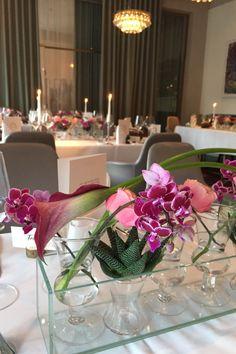 Stylische Hochzeitsdekoration im Restaurant Veranda, Hotel Sans Souci Wien Veranda Hotel, Business Events, Glass Vase, Restaurant, Weddings, Table Decorations, Rose, Home Decor, Environment