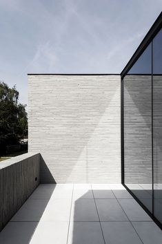 Residential project H by Francisca Hautekeete architect. The main elements of this villa are large bright spaces, glass and concrete and a combination of black and white. The beautiful minimalist living. Modern Residential Architecture, Brick Architecture, Architecture Details, Bungalows, Modern House Design, Exterior Design, Planer, Minimalist Living, Concrete